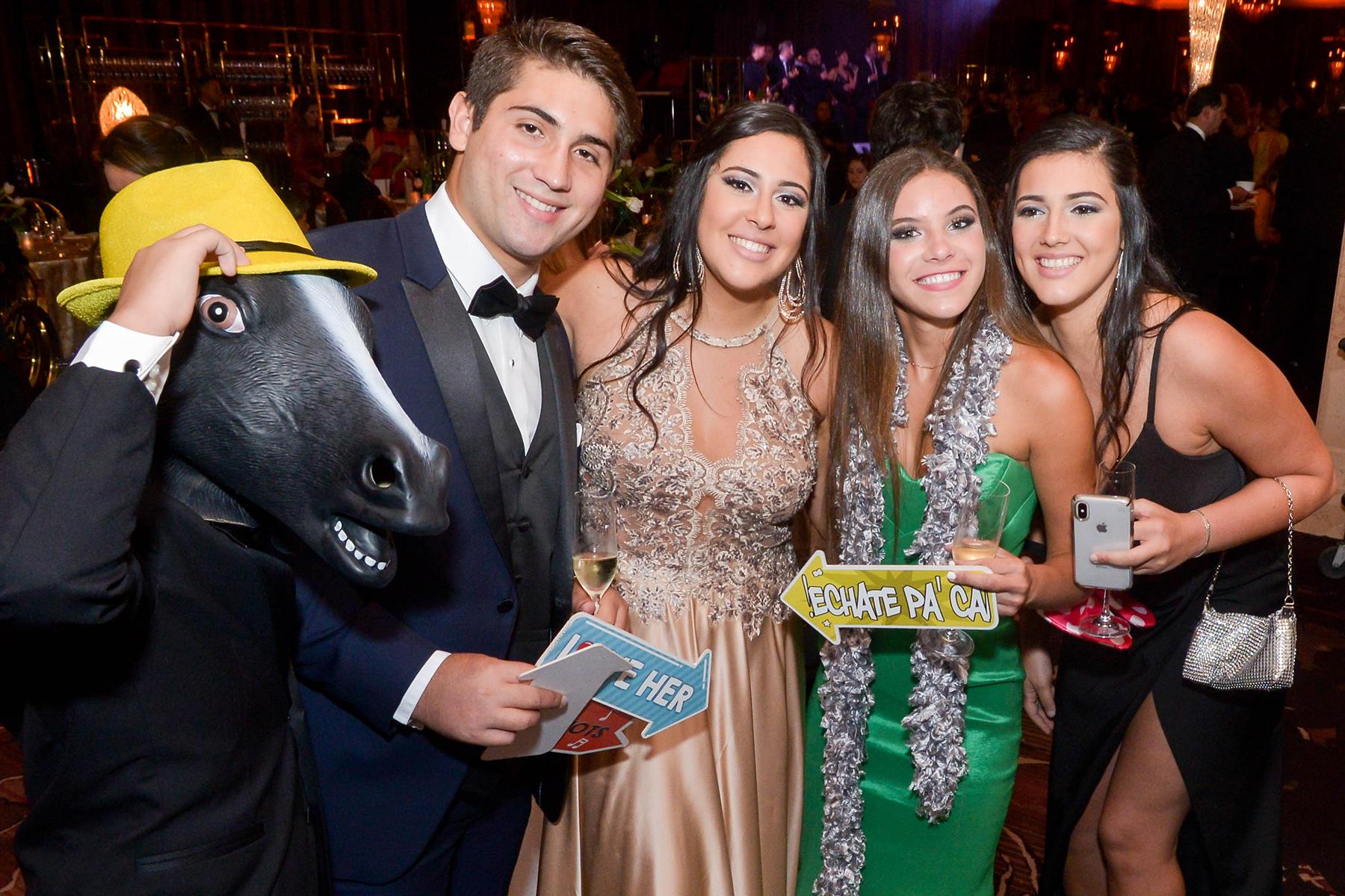 Martín González, Cecilia Marquez, Camila Arvelo y Juliana Márquez en el photo booth de Flipéate en el Senior Prom de Baldwin School. (Foto Enid M. Salgado Mercado)