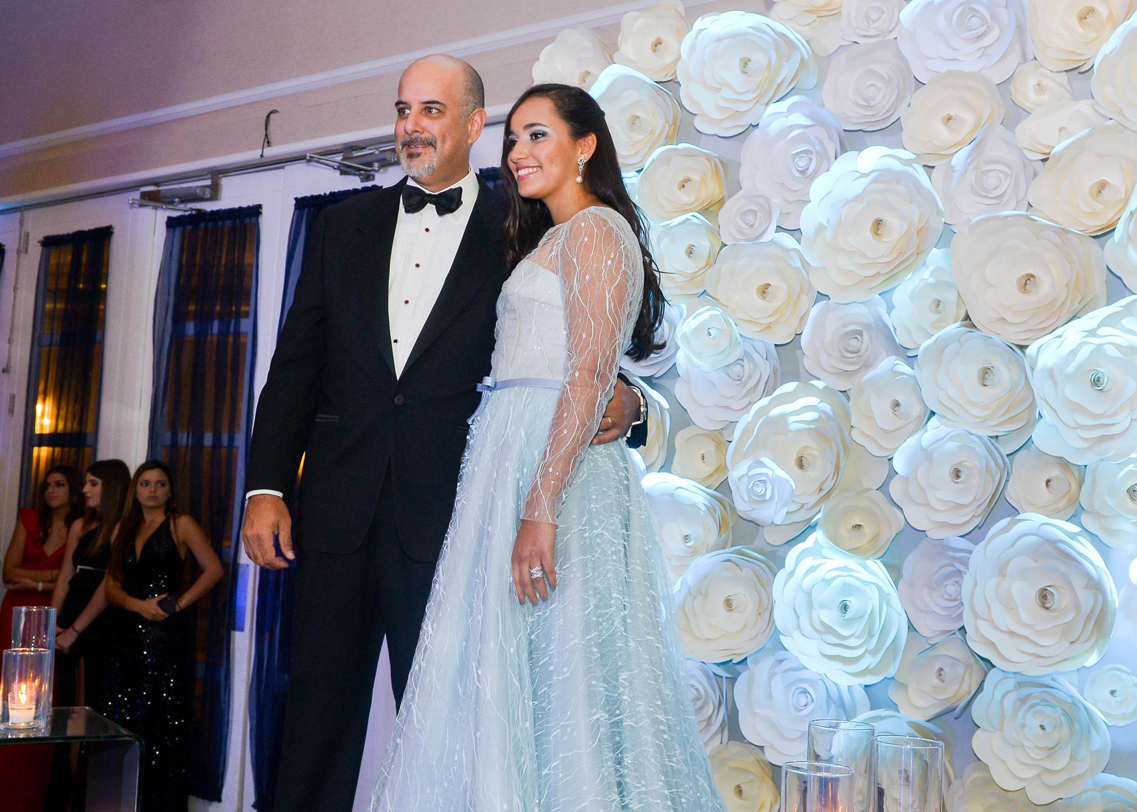 Rafael y Margarita Velázquez, en el desfile de graduandas con sus padres. Foto Enid M. Salgado Mercado