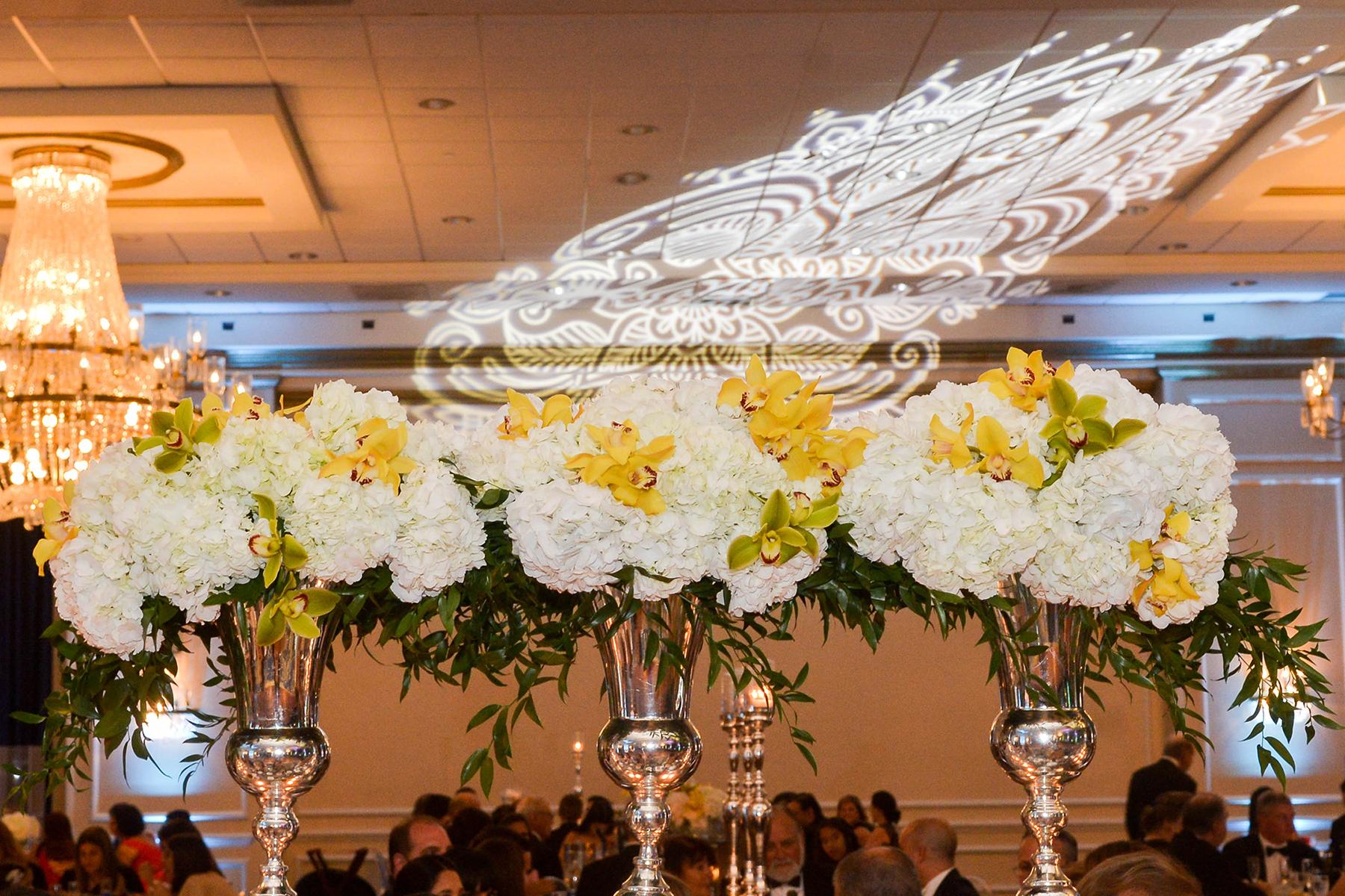 Proyecciones, hortensias y otros detalles de elegancia en el senior prom de CPN. Foto Enid M. Salgado Mercado