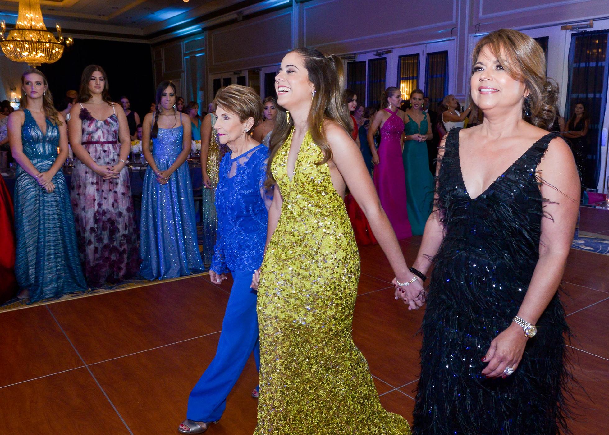 Carla Torres desfila con su abuela Priscila Colón y con su madre Priscila Dávila. Foto Enid M. Salgado Mercado