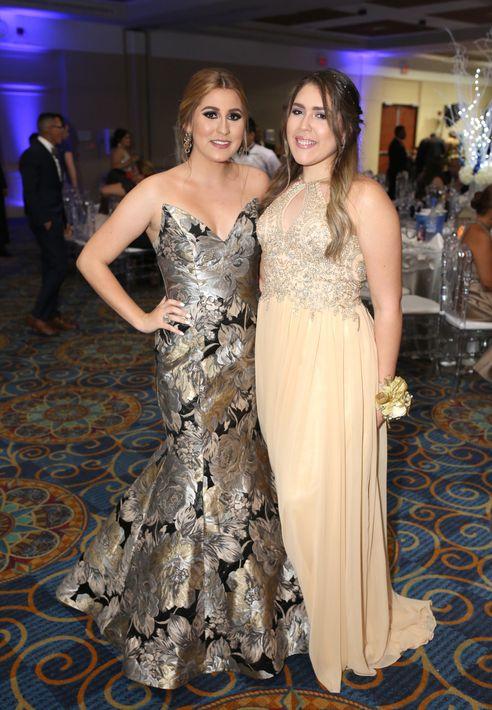 Emilia Bigay y Edalis Rivera, en el prom de la Academia Ponce Interamericana.