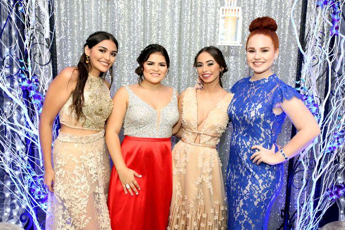 Joyce Marroig, Paola Caro, Gabriela Negrón y Geralivette Torres, en el prom de la Academia Ponce Interamericana.