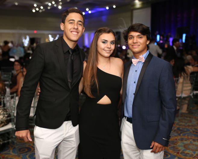 Miguel Ferriol, Marisol Rosaly y Fernando Rivera, en el prom de la Academia Ponce Interamericana.