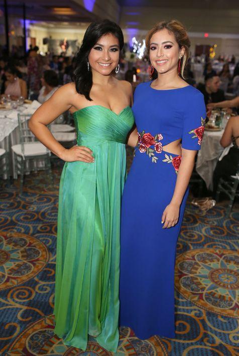 Alejandra Cordero y Gillian Báez, en el prom de la Academia Ponce Interamericana.