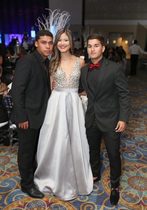 Máximo Torres, Madianis Tristani y Ezequiel Gómez, en el prom de la Academia Ponce Interamericana.