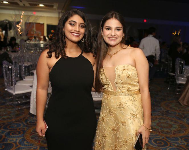 María Román y Fabiola Martino, en el prom de la Academia Ponce Interamericana.