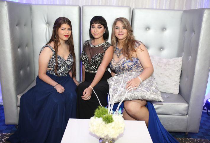 Widelys Meléndez, Alondra Martínez y Natalia Rodríguez, en el prom de la Academia Ponce Interamericana.