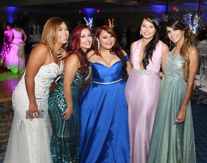 Marite Montalvo, Adriana Torres, Nahomy Rosado, Paulina Torres y María Pérez, en el prom de la Academia Ponce Interamericana.