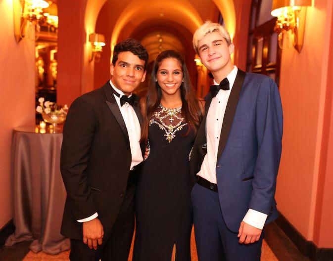 Julián Montalvo, Cristina López y Edward Sherman, en el Senior Prom de Baldwin School.