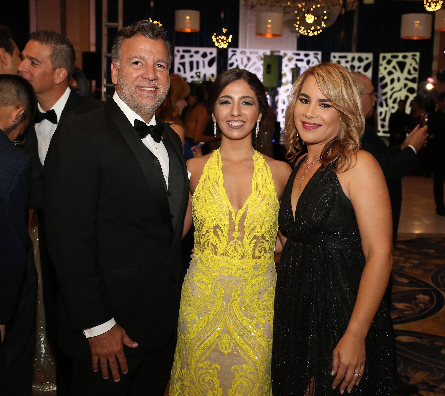 Luis y Adriana Ramírez junto a Vivi Cruz. (José R. Pérez Centeno)