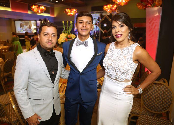 Oscar Cacho, Jeremy Castro y Jillian Dávila, en el Prom del Colegio de la Inmaculada.