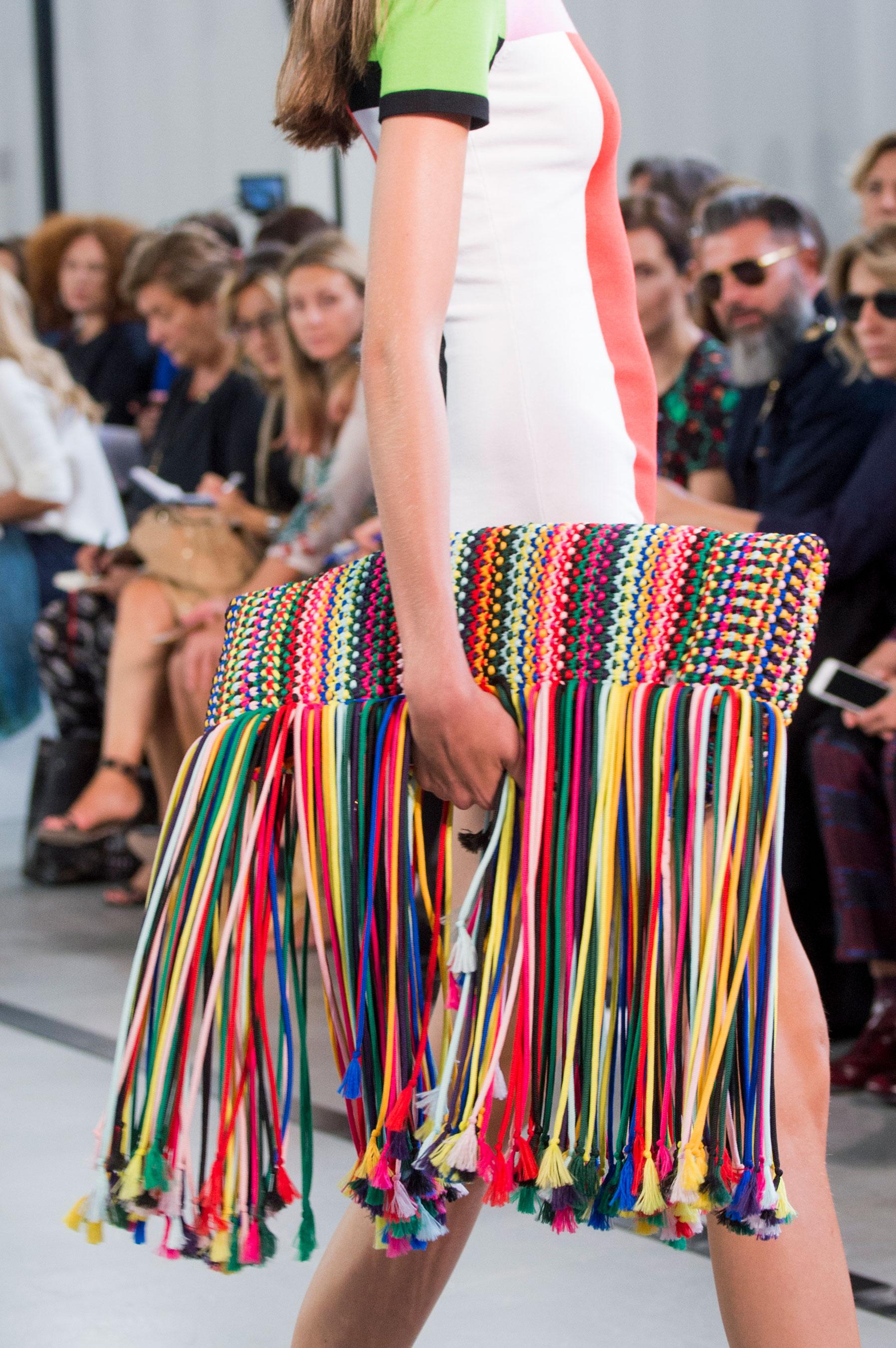 Pucci sugiere el uso de carteras sobre mucho más grandes y llamativas. (The Fashion Group Foundation)