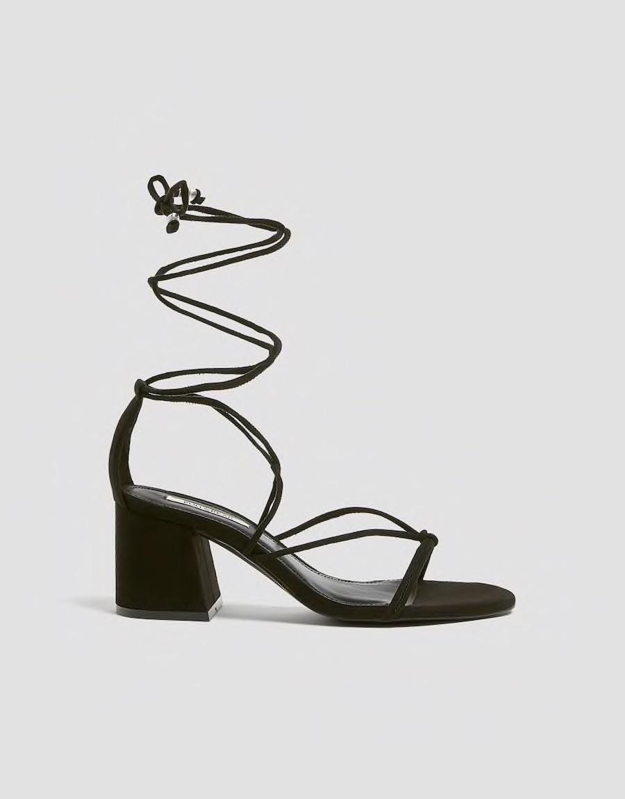 En caso de que busques un modelo más elevado, este año están muy de moda las de tacón cuadrado. (WGSN)