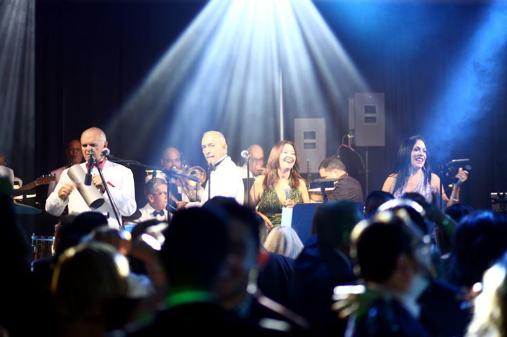"""Quique Talavera y su Big Band interpretó éxitos como """"Los dos Tito"""" en honor a Tito Puente y Tito Rodríguez. Talavera además dirigió el conteo de fin de año con el tradicional tema """"Auld Lang Syne"""", durante el cual no faltaron los abrazos, y lagrimas de felicidad al recibir el Año Nuevo. Foto: José R. Pérez Centeno"""