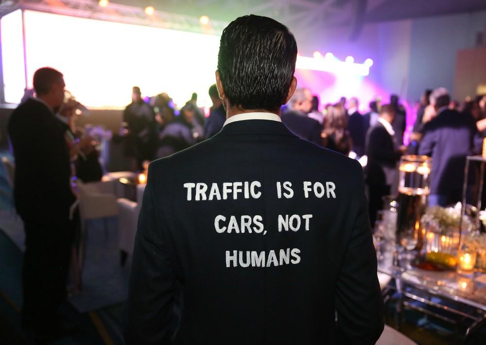 """El apoyo a la causa se hizo de diversas maneras. Por ejemplo, Josean Arroyo, lució una chaqueta con el mensaje """"El tráfico es para los auto, no para los humanos"""". (José Rafael Pérez Centeno)"""