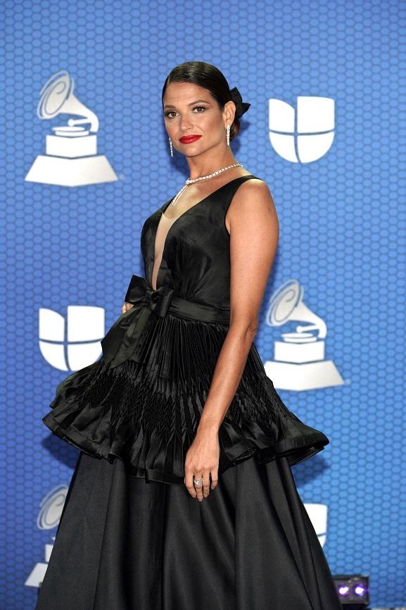 A su llegada, Natalia Jiménez se apoderó del título de la mejor vestida de la noche, al lucir un vestido con escote en el busto y un pequeño lazo en la cintura, del diseñador mexicano, Benito Santos. (Foto: Suministrada/ Univisión)
