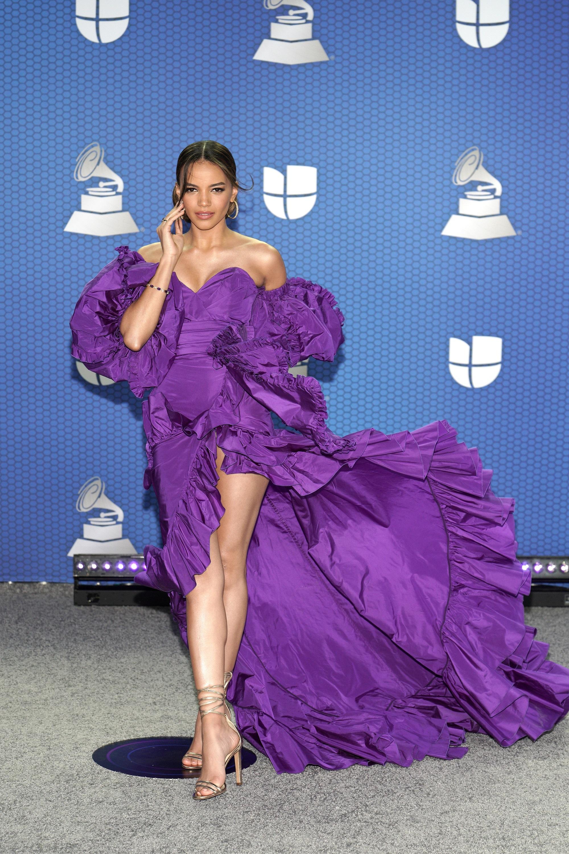 Leslie Grace desfiló por la alfombra en un vaporoso vestido violeta. (Foto: Suministrada/ Univisión)