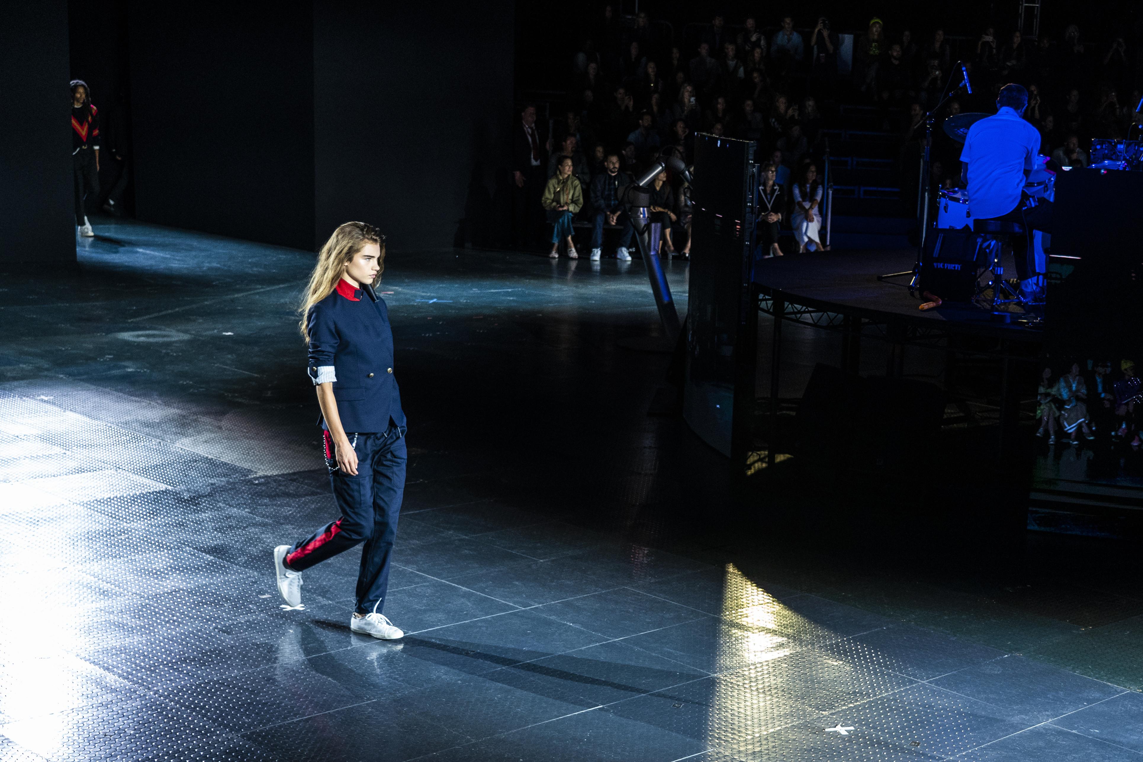 Si la empresa para la que laboras te permite utilizar calzado deportivo, regresa al trabajo luciendo mahones, chaquetas y tus tenis más cómodos. (WGSN)