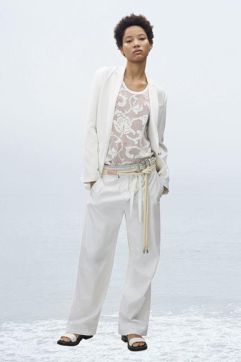 """Una chaqueta blanca también es un """"must"""" porque la puedes combinar tanto con mahones como con falda, pantalón o sobre un vestido en colores que van desde los brillantes hasta los neutrales."""