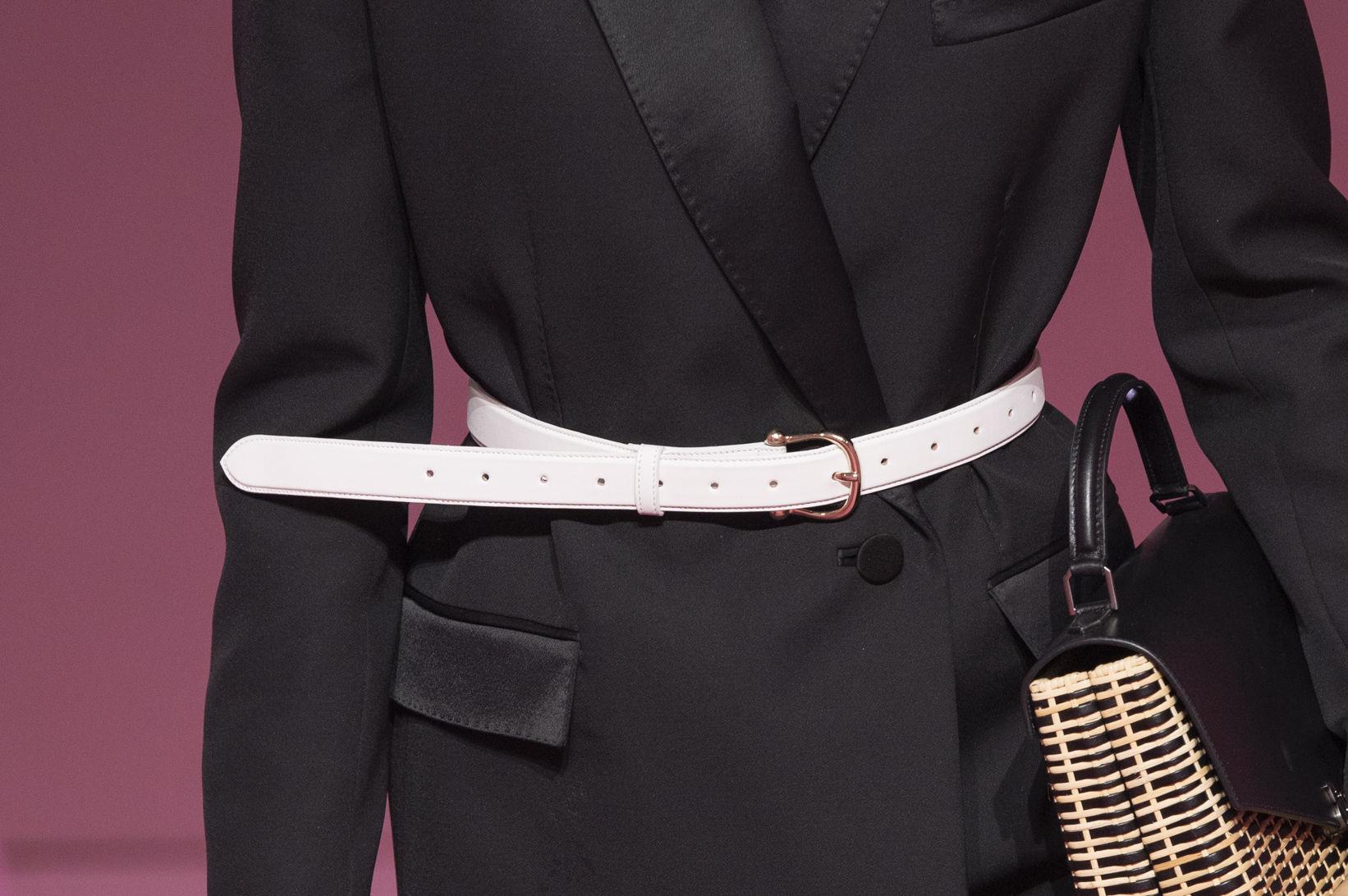 Puedes colocar una correa sobre una chaqueta cerrada para verte distinta en tu regreso a la oficina. Moda: Ralph & Russo. (WGSN)