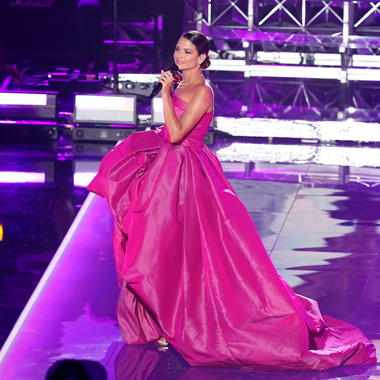 """Sobre el escenario Natalia Jimenez volvió a demostrar su buen gusto al vestir con un vestido """"strapless"""" en tono rosa intenso con amplia falda, del diseñador José Alarcón. (Foto: Suministrada/ Univisión)"""