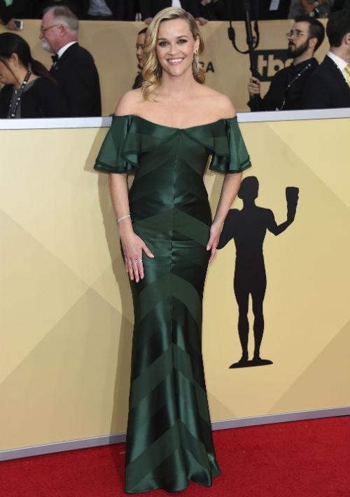"""Reese Witherspoon se decantó por el verde con este diseño """"off the shoulder"""" de Zac Posen. (Foto: AP/Jordan Strauss)"""