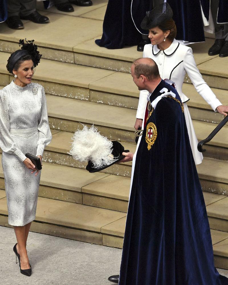 Los monarcas españoles llegaron el domingo a Londres para pasar la noche en el mencionado castillo y participar de una íntima ceremonia en donde le entregaron el uniforme que debía lucir hoy. (AP)
