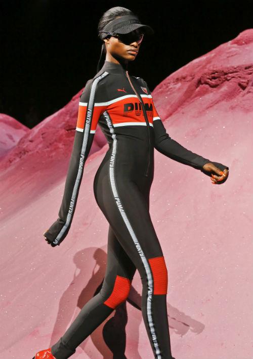 Había motoras volando alto en el aire, por encima de una impresionante escenografía de montañas de polvo rosa y arena, mientras la audiencia observó con asombro. (AP)
