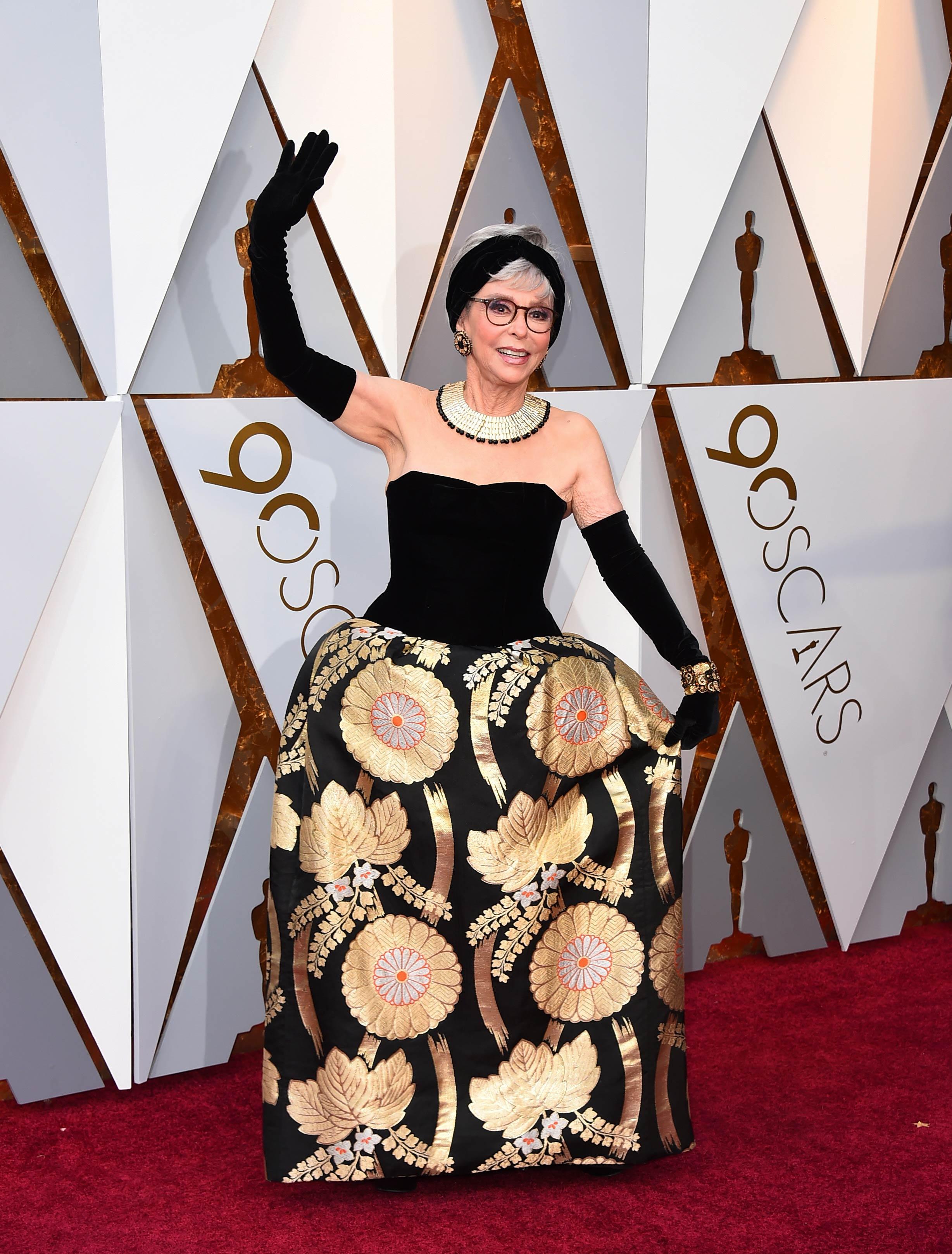 Rita Moreno, una de las más aplaudidas de la alfombra roja de los Oscar, lució una versión reciclada del mismo vestido que utilizó en 1962 al recibir su premio. (The Associated Press)