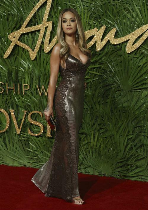 Rita Ora seleccionó un vestido ajustado en malla metálica. (Foto: AP)