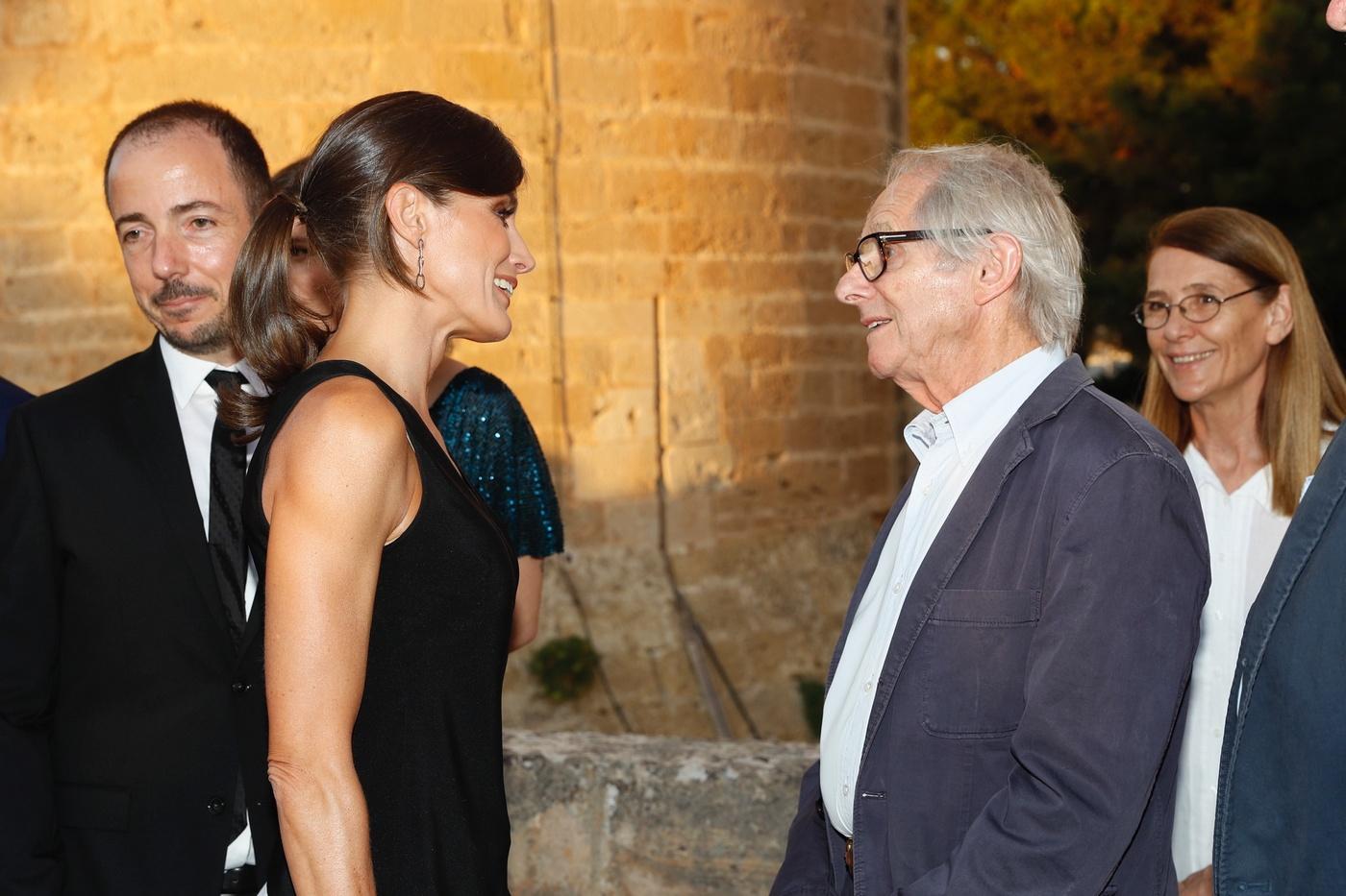 La reina Letizia conversa con el director de televisión y cine británico, Ken Loach quien fue homenajeado durante el festival. (Casa de S.M. el Rey)