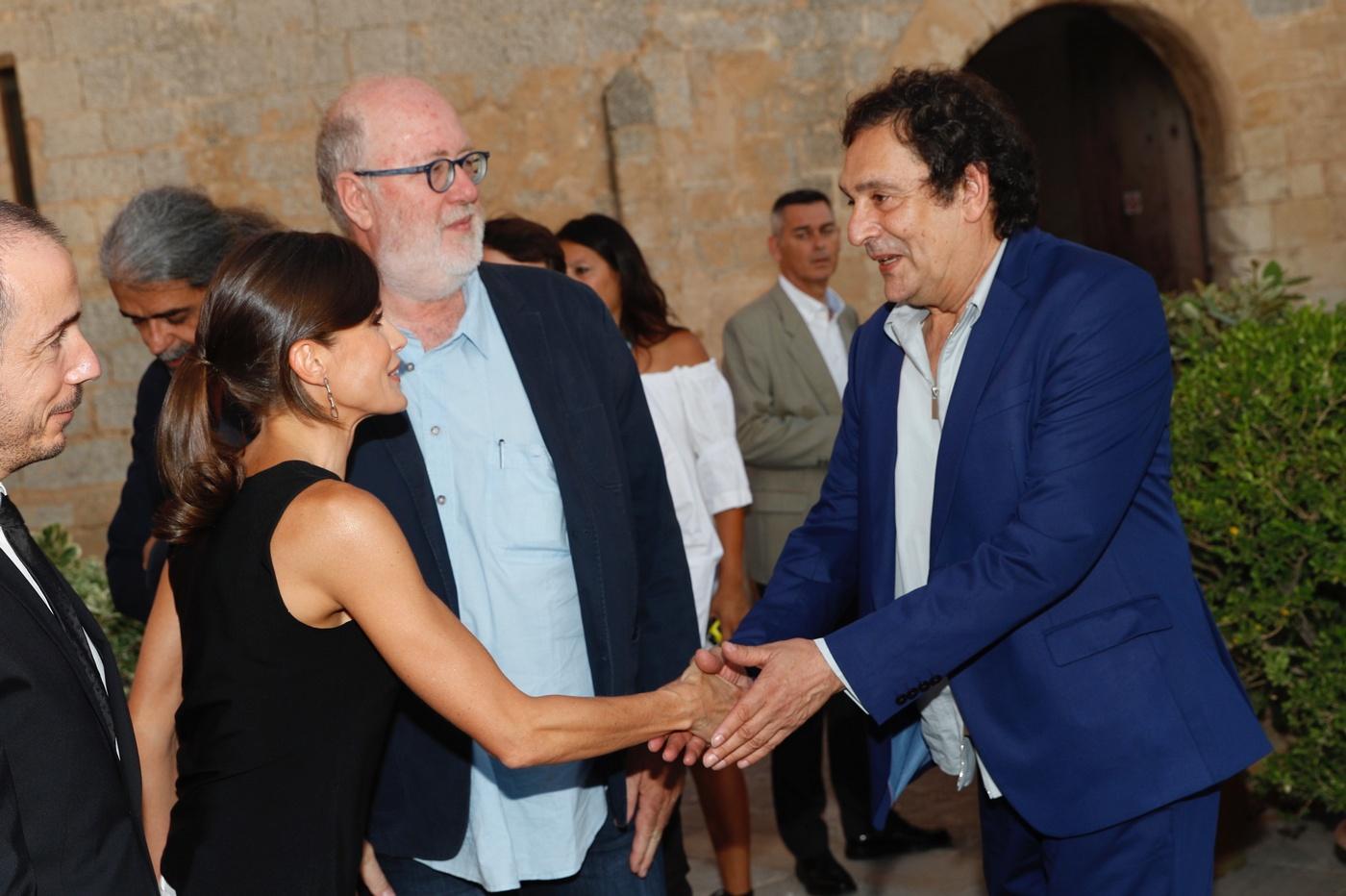 La reina española junto al director de cine Agusti Villaronga en la ceremonia celebrada en Palma de Mallorca. (Casa de S.M. el Rey)