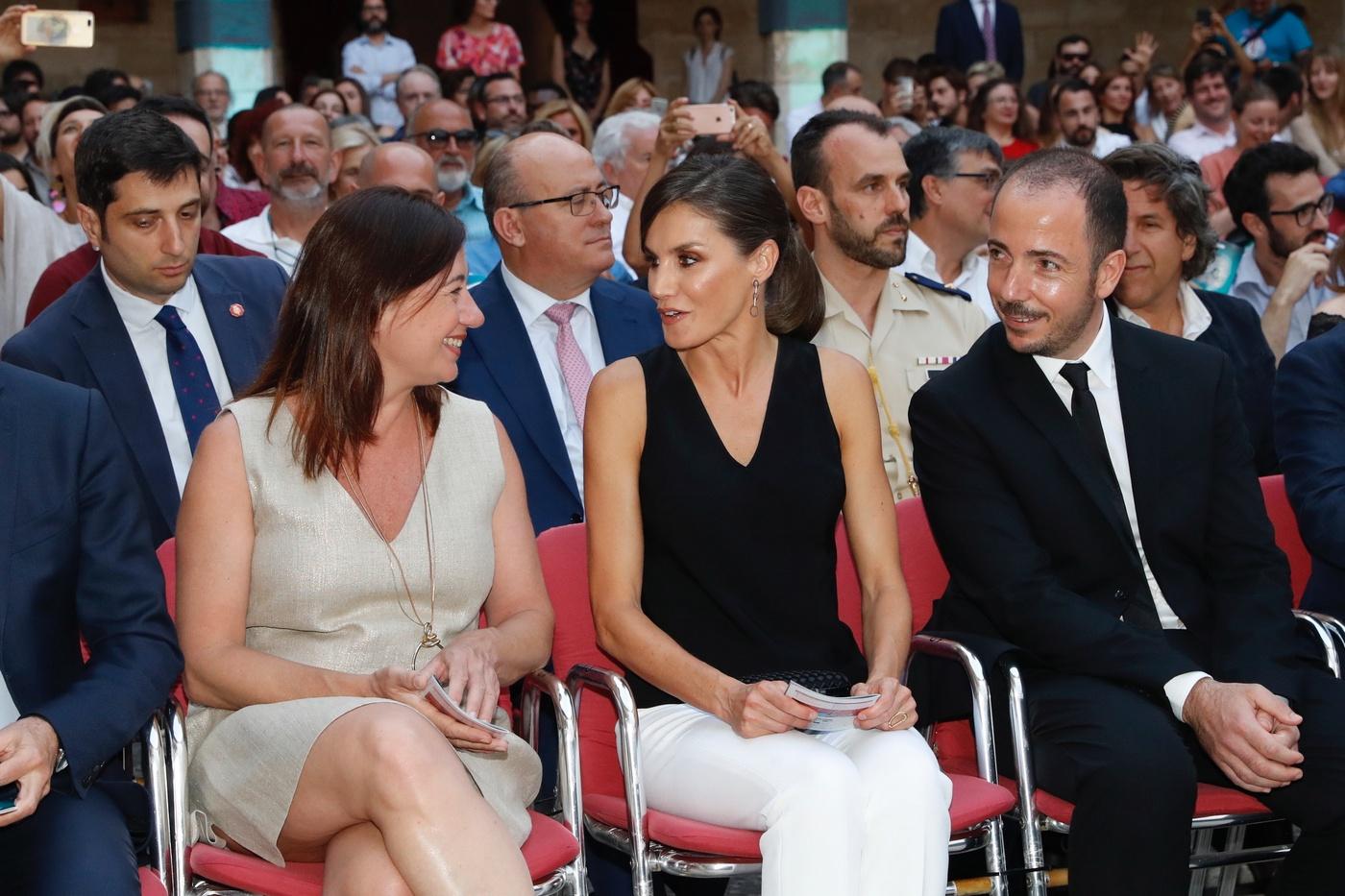 La reina Letiza conversa con la presidenta de la comunidad autónoma de Islas Baleares, Francina Armengol. (Casa de S.M. el Rey)