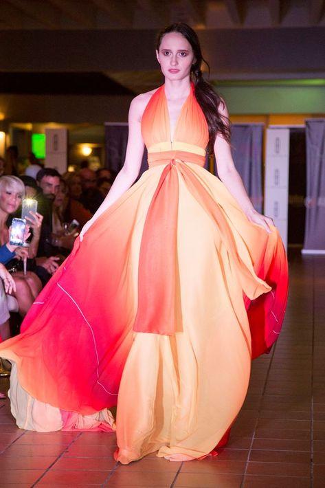 Telas fluidas, colores brillantes, piel al descubierto y siluetas sensuales son algunas de las tendencias que predominaron en la segunda edición de San Juan Moda Resort.  En la foto, una modelo presenta un vestido de Rubén Darío.