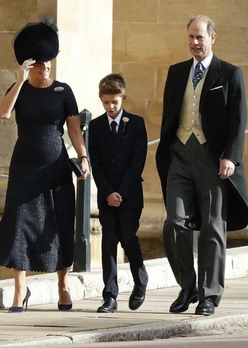 En décima posición está el príncipe Edward, hijo menor de la reina Elizabeth II, en la foto, junto a su hijo menor Jacob y su esposa Sophia. (AP)