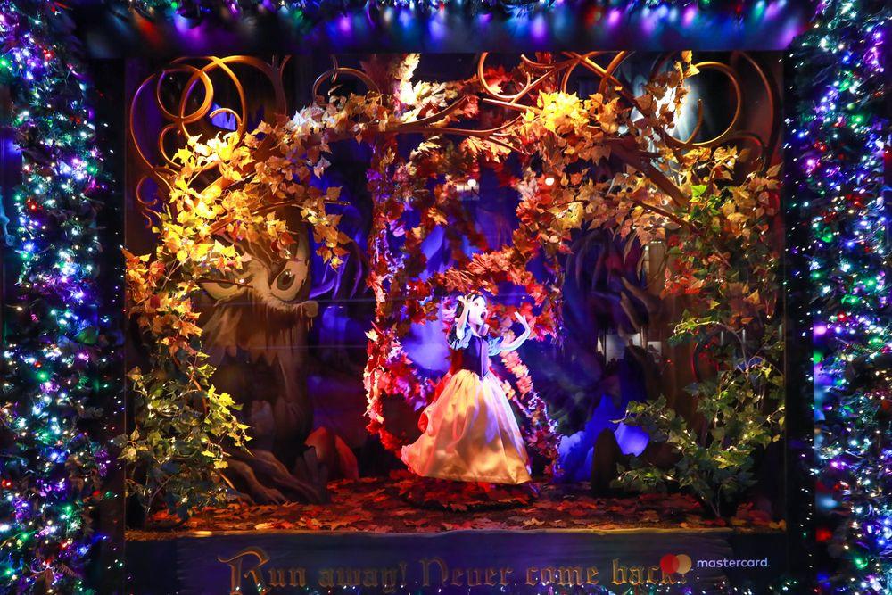 """En una alianza con Disney, las vitrinas de Navidad de Saks Fifth Avenue celebran el 80 aniversario del clásico Blanca Nieves. Para la inauguración, se organizó un concierto público con un espectáculo de luces que se reflejó sobre la fachada de 10 pisos de la tienda. Todo en derredor de la tienda insignia del """"midtown"""", 14 escaparates recrean las escenas más conocidas de la película, con animaciones de alta tecnología y efectos 3D. (Foto WGSN)"""