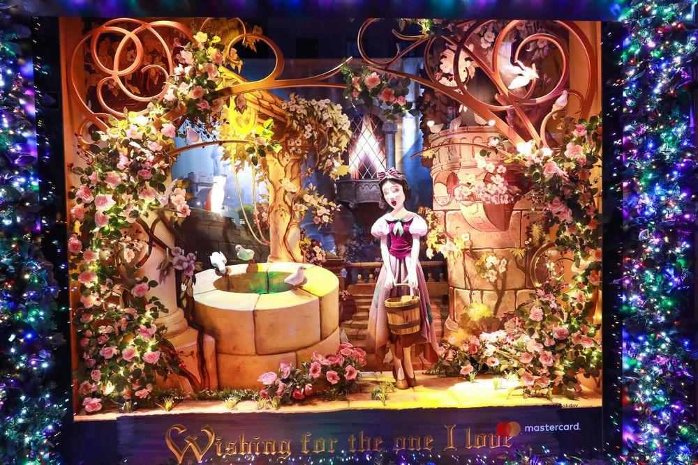 """En una alianza con Disney, las vitrinas de Navidad de Saks Fifth Avenue celebran el 80 aniversario del clásico Blanca Nieves. Todo en derredor de la tienda insignia del """"midtown"""", 14 escaparates recrean las escenas más conocidas de la película, con animaciones de alta tecnología y efectos 3D. (Foto WGSN)"""