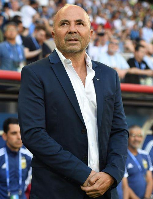El entrenador de la selección argentina, Jorge Sampaoli, dejó a un lado su clásica ropa deportiva y lució una chaqueta combinada con su camisa sin corbata para un juego. (EFE)