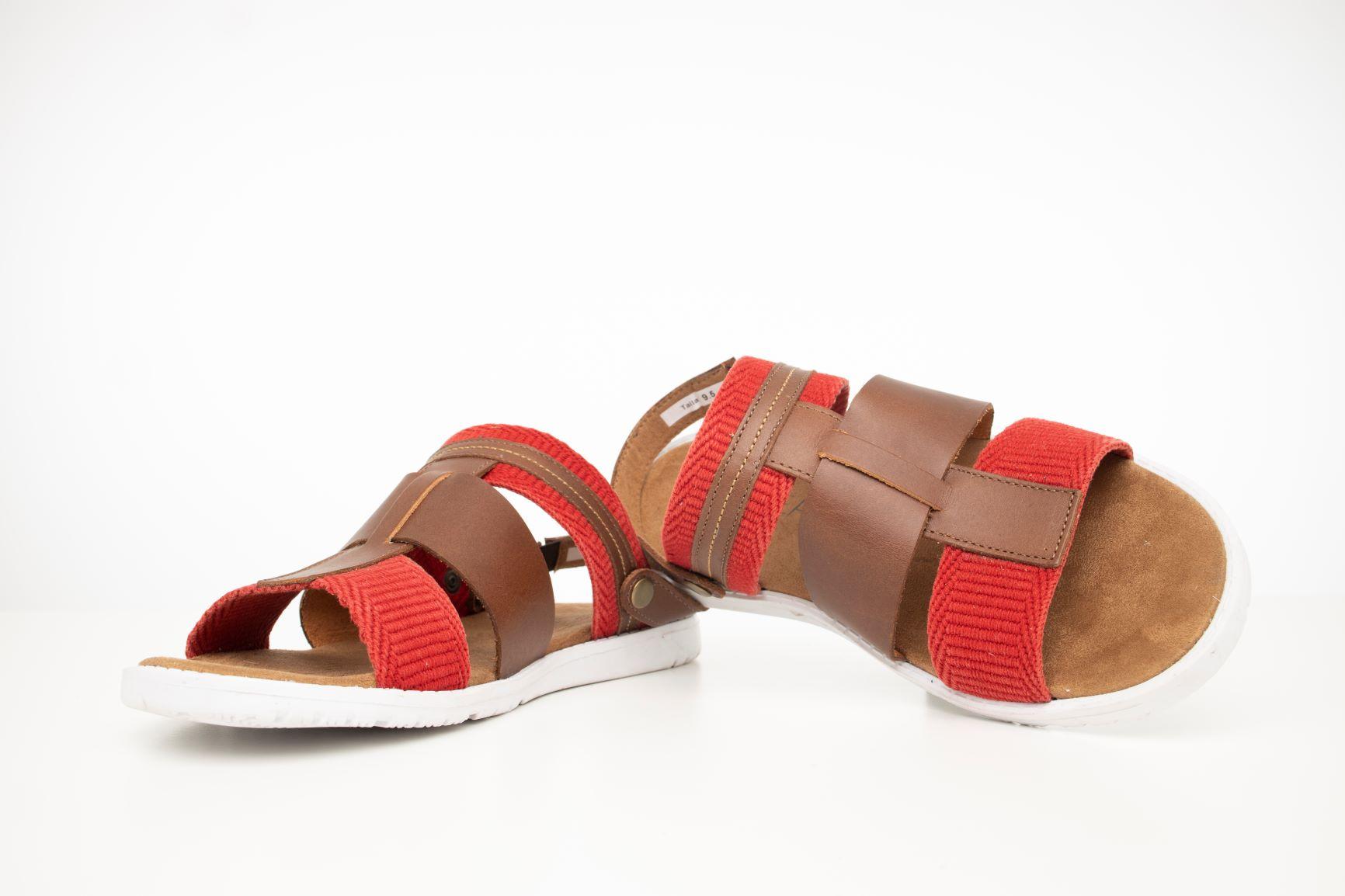 Sandalias de cuero - Este tipo de calzado gana terreno durante en el verano. Disponible en Boronea en The Mall of San Juan. (Suministrada)