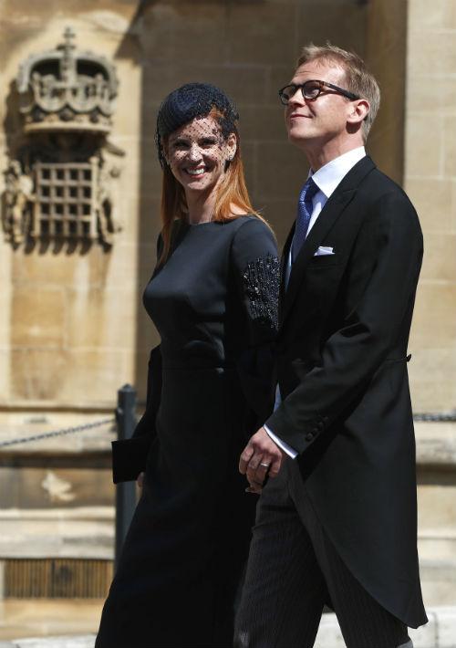 "La actriz Sarah Rafferty, compañera de Meghan Markle en la serie ""Suits"", fue acompañada de su esposo Santtu Seppala. (AP)"