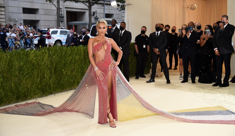 La rapera Saweetie con un vestido asimétrico de Christian Cowan.