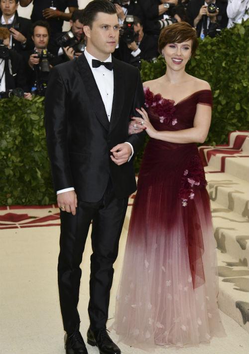 Colin Jost y Scarlett Johansson (AP)