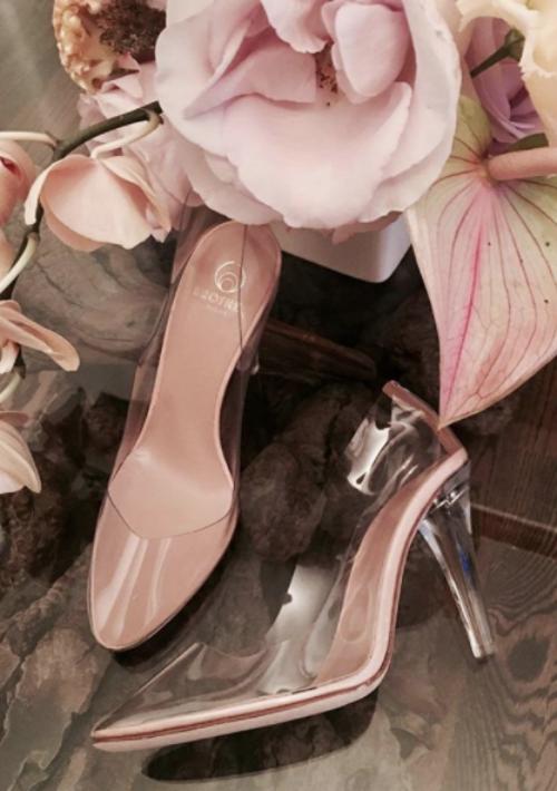 Opta por diseños que enfatizan los materiales como el PVC y el plexiglás, materiales transparentes se pueden lucir en una sandalia alta con plataforma vintage y con una tira al tobillo. (Foto: WGSN)