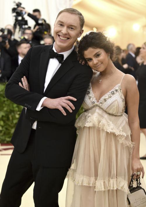 Stuart Vevers, diseñador de Coach, acompañó a Selena Gomez. (AP)