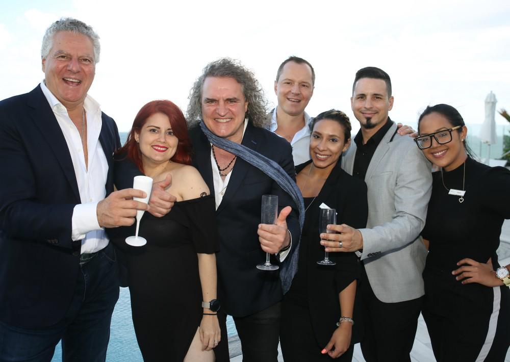 El equipo de bebidas y alimentos de Serafina Beach Hotel tuvo la oportunidad de compartir con los invitados durante el festejo. (Suministrada)