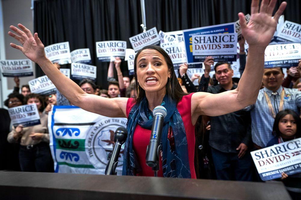 Sharice Davids -  Junto a Haaland disfruta de ser una de las primeras nativas americanas en llegar al congreso, pero también es la primera mujer abiertamente lesbiana que gana escaño en la cámara baja de Kansas. (Foto: AP)