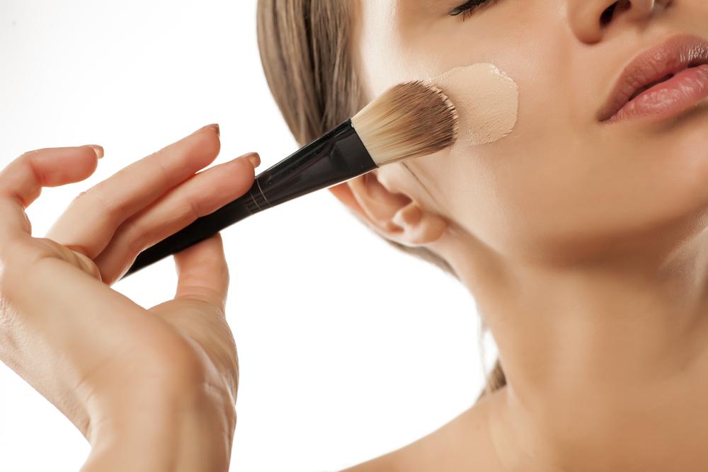Selecciona una fórmula líquida si buscas una cobertura mediana. Esta base es ideal para las mujeres con una piel sin problemas porque empareja los tonos y ayuda a resaltar su maquillaje. (Shutterstock)