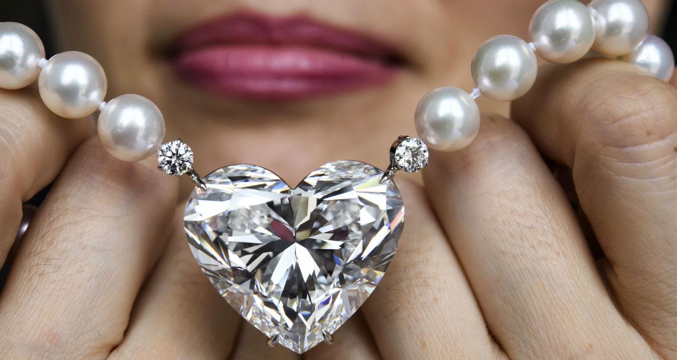 """Espectacular diamante en forma de corazón, """"La legende"""", que espern vender este miércoles entre los $4 y $20 millones. (Martial Trezzini/Keystone via AP)"""
