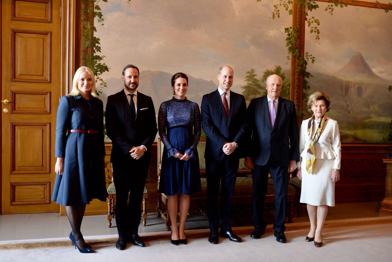 William y Kate posan junto el rey Harald de Noruega, la reina Sonja y los herederos Haakon y Mette Marit, en el Palacio Real de Oslo. (Foto: Vidar Ruud/NTB Scanpix via AP)