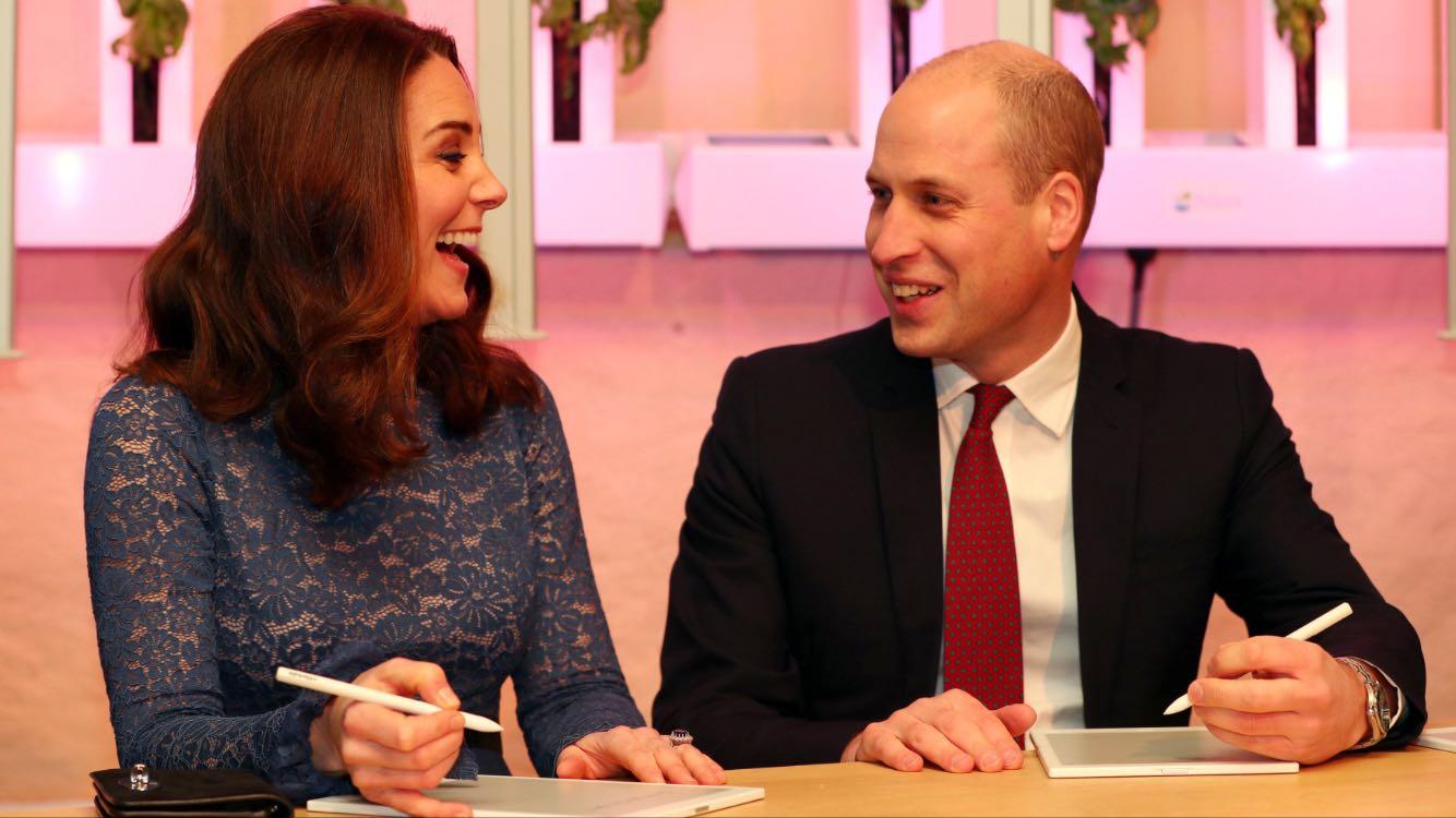 El príncipe William y Kate Middleton, de nuevo vestida de azul, junto durante la visita de cuatro días a Noruega. (Cornelius Poppe/NTB scanpix via AP)